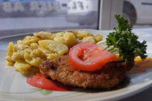 Saftiges Schnitzel mit Bratkartoffeln und Beilage