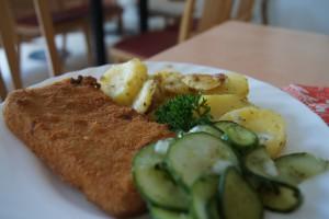 Jägerschnitzel mit Bratkartoffeln und Gurkensalat