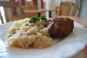 Frikadelle mit Kartoffelbrei und Sauerkraut