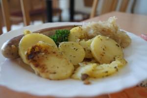 Rostbratwurst mit Bratkartoffeln und Sauerkraut
