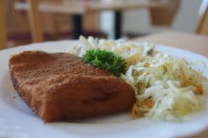 Backfisch mit Kartoffelsalat und Rohkostbeilage