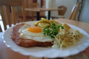 Fleischkäse mit Spiegelei, Bratkartoffeln und Salat